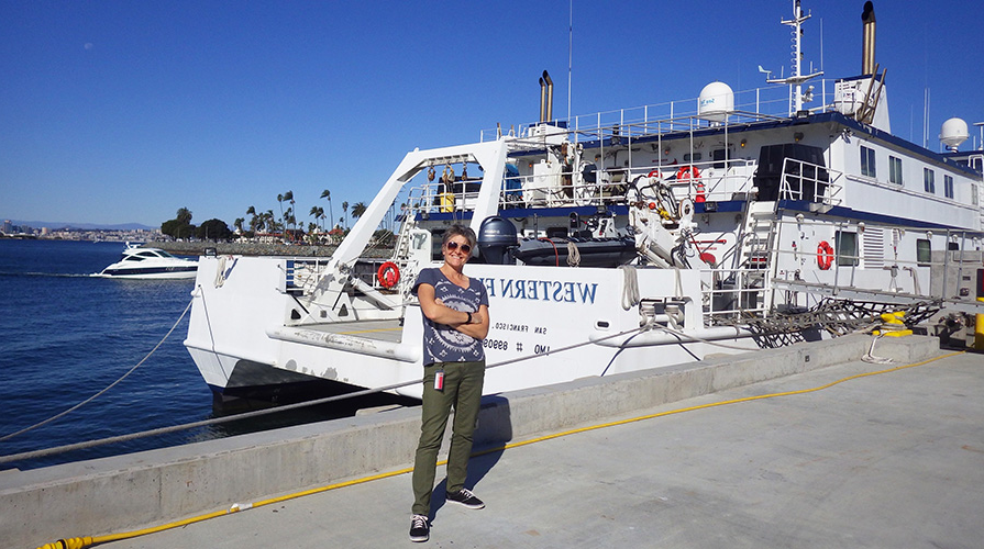 Professor 夏娜goffredi in front of a research ship